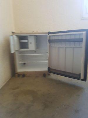 Après une bonne journée jardinage, petit frigo trimix ELECTROLUX récupérer chez le client  . Entièrement réviser avant d être stocker pendant 2 ans dans son garage  .