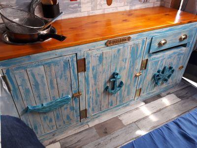 Le coin cuisine vu de l'intérieur, avec des éléments de décoration faits à la scie à chantourner, patinés et collés sur les portes, dans le thème du Nautilus ! :)
