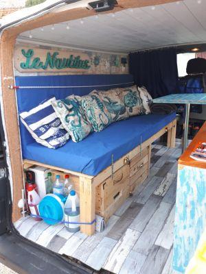Le lit peigne vu de l'arrière avec 2 caisses en bois fabriquées à partir de bois de palettes, la première cache le wc chimique, la deuxième la réserve de nourriture !