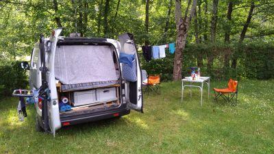 escapade au lac de Pierre-Percée (Vosges - Meurthe et Moselle) juin 2019. La corde à linge est fixée à un anneau vissé dans les supports de barres de toit du véhicule, puis à un arbre. Avec des mousquetons, mise en place ultra simple et rapide!