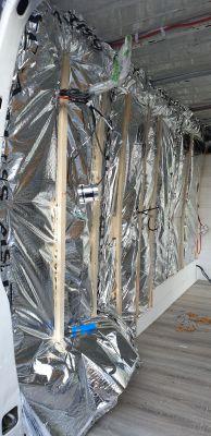 Un isolant multi couche vien recouvrir les 40 mm de laine de bois plus les montant et traverse du camion rempli avec de la ouate de cellulose.