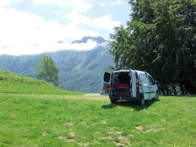 Le van posé bien à plat avec une belle vue...