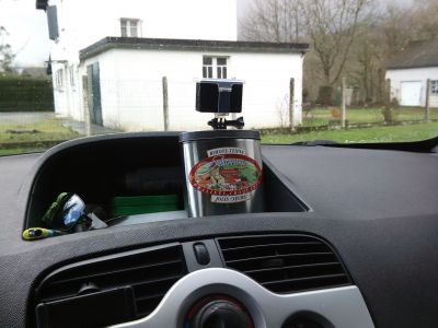 Pour filmer sa route avec une caméra, une cam stabilisée de préférence, une boite remplie de gravier, et hop !